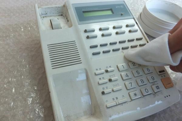 中古電話機クリーニングの様子2